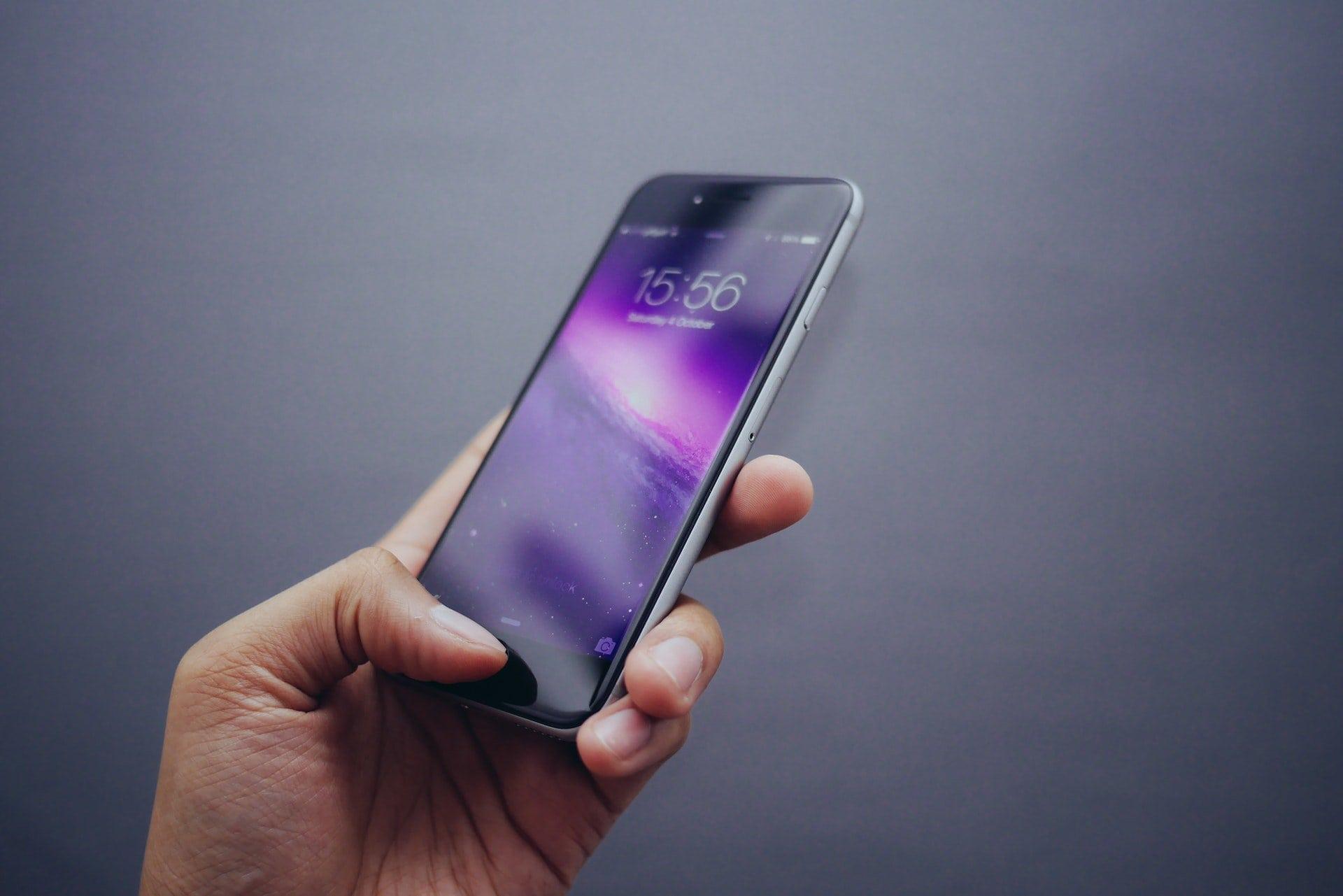 mobil telefon i hånd