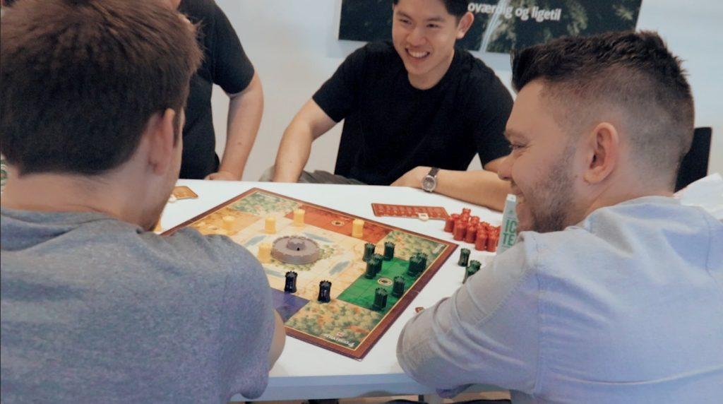 Kolleger i det digitale bureau Morningtrain fra Odense hygger sig med brætspil